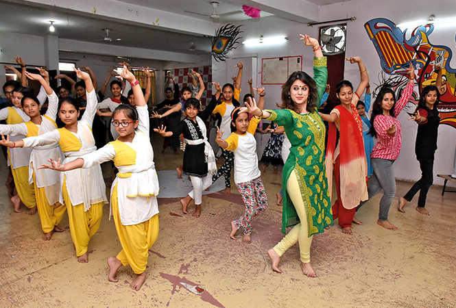 Kids learning dance at a workshop in the city with Manjari Pandey (BCCL/ Vishnu Jaiswal)