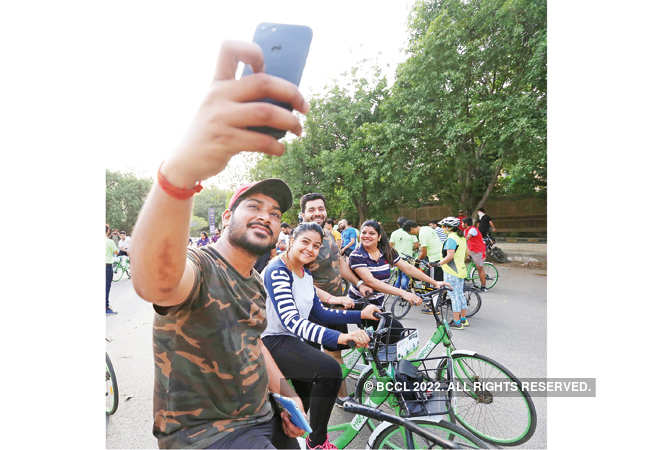 00018-Participants-stop-for-some-photo-op-near-Leisure-Valley-Park