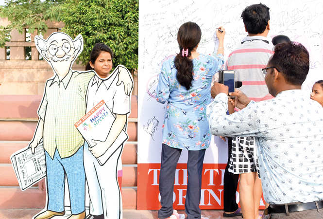 (L) RK Laxman's Common Man cutout was the perfect photo corner for the participants (R) People signing on the singature board (BCCL/ Farhan Ahmad Siddiqui and Vishnu Jaiswal)