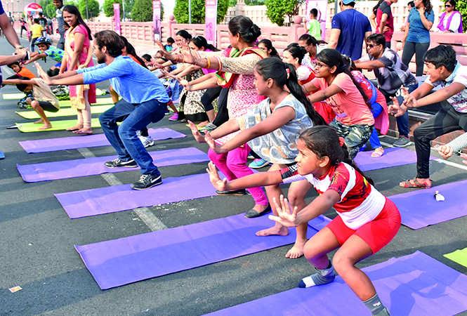 Lucknowites enjoying the yoga session at the event (BCCL/ Farhan Ahmad Siddiqui and Vishnu Jaiswal)