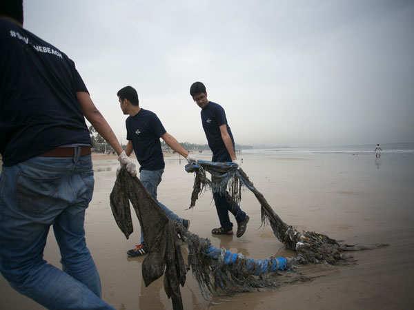 Volunteers-at-#SavetheBeach-Juhu-Beach-Clean-up-drive