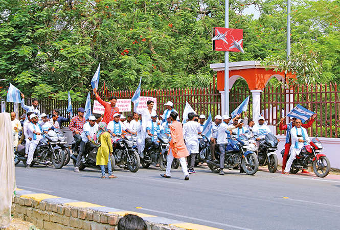 Sanjay Dutt: Sanjay Dutt and Ali Fazal arrive in Lucknow ...