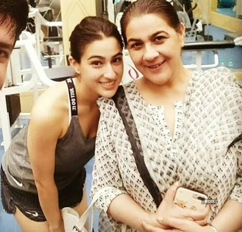 Sara Ali Khan enjoys shopping with mommy in Hyderabad, see pictures