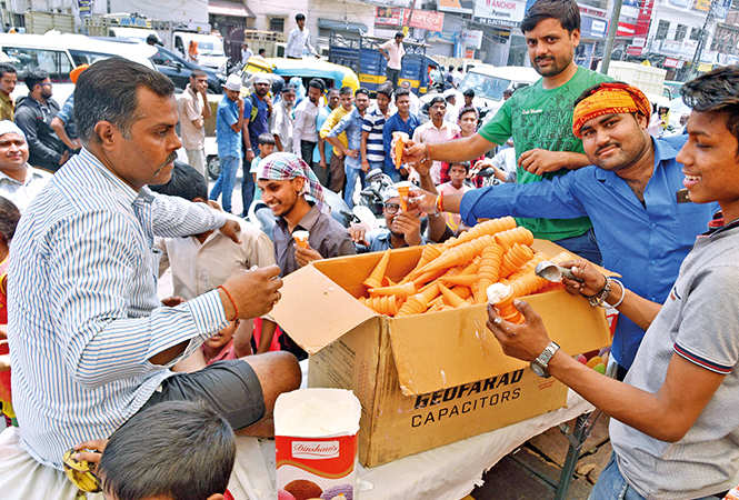 To beat the heat, cone ice creams being distributed by people at one bhandara  (BCCL/ Aditya Yadav, Vishnu Jaiswal and Farhan Ahmad Siddiqui)