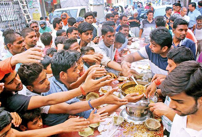 Not just the regular poori-sabzi, a few stalls also distributed noodles at the bhandara (BCCL/ Aditya Yadav, Vishnu Jaiswal and Farhan Ahmad Siddiqui)