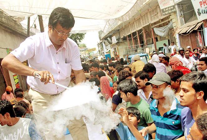 People enjoyed biscuits dipped in liquid nitrogen on one of the Bada Mangals (BCCL/ Aditya Yadav, Vishnu Jaiswal and Farhan Ahmad Siddiqui)