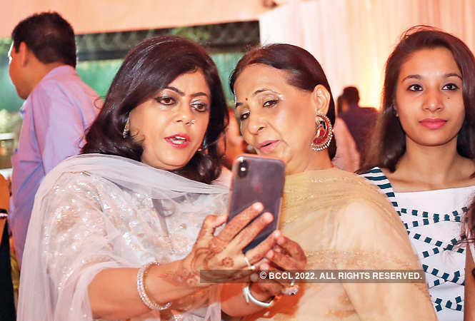 IMG_2840-Renu-Hussain-(Shahnawaz's-wife)-with-Leena-Singh