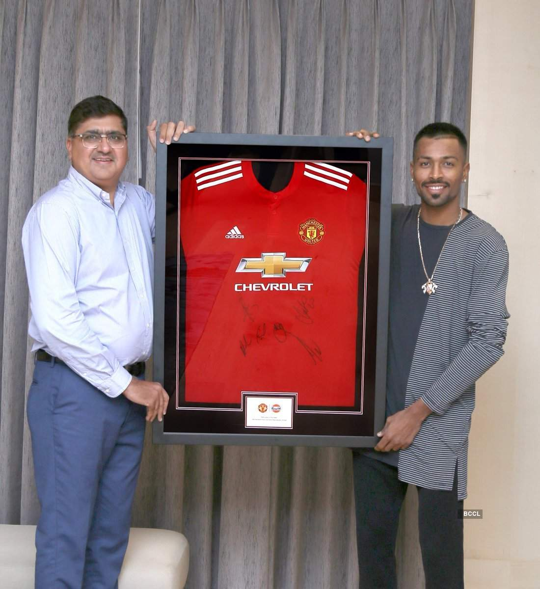 Hardik Pandya gets a gift from Manchester United