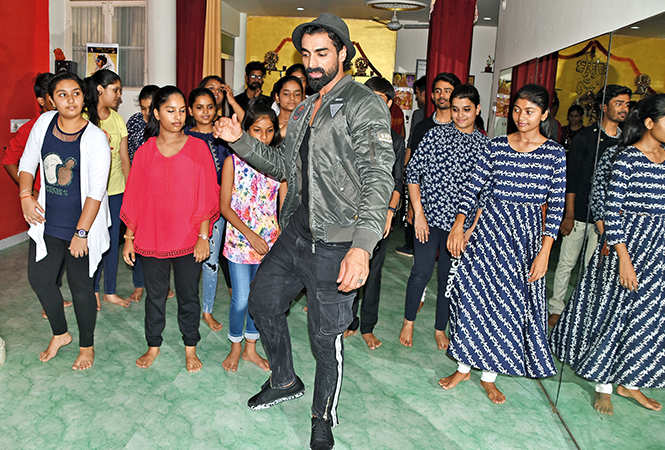 Tushar teaching the students of a dance academy in Aliganj some right moves (BCCL/ Farhan Ahmad Siddiqui)