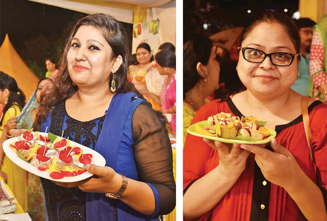 (L) Shaila Khan displayed her culinary skills (R) Arpita Singh proudly shows off her aam dish (BCCL)