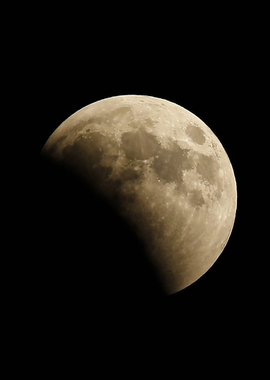 This picture shows the lunar eclipse in the sky of Gaza City. (AFP photo)
