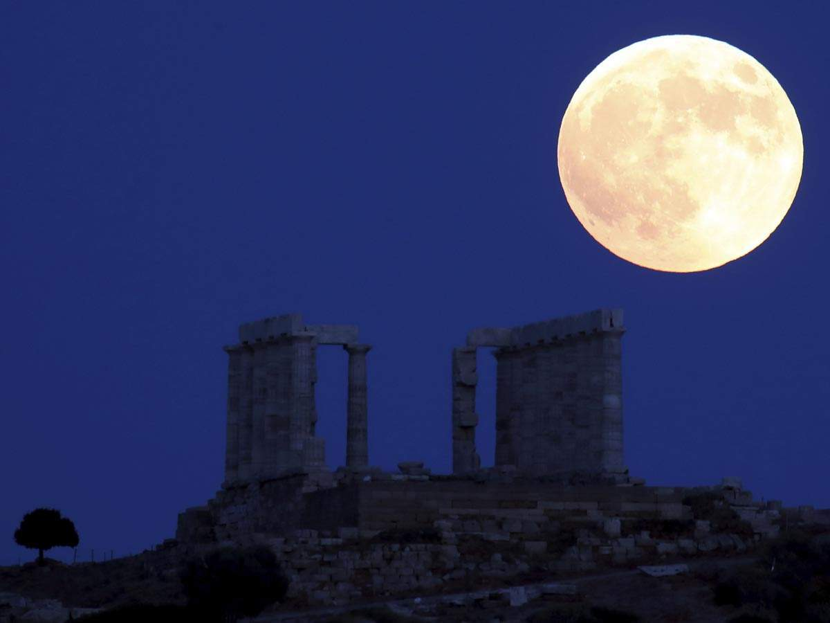 Full moon rises over the ancient temple of Poseidon in cape Sounio, about 65 kilometers (40 miles) south of Athens. (AP photo)