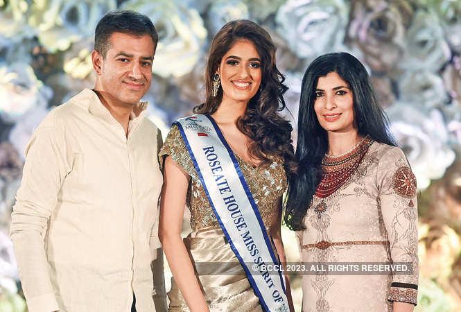 RAN_0035-Ankur-Bhatia,-executive-director,-Bird-Group,-and-his-wife-Smriti-Bhatia-presenting-Roseate-House-Miss-Spirit-of-Delhi-title-to-Vanshika-Rajput---must