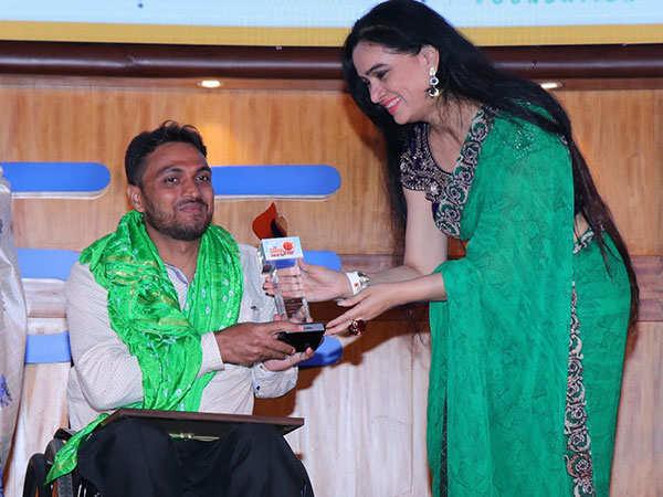Padmini-Kolhapure-with-ShoorVeer-awardee-Shams-Alam-at-Dr