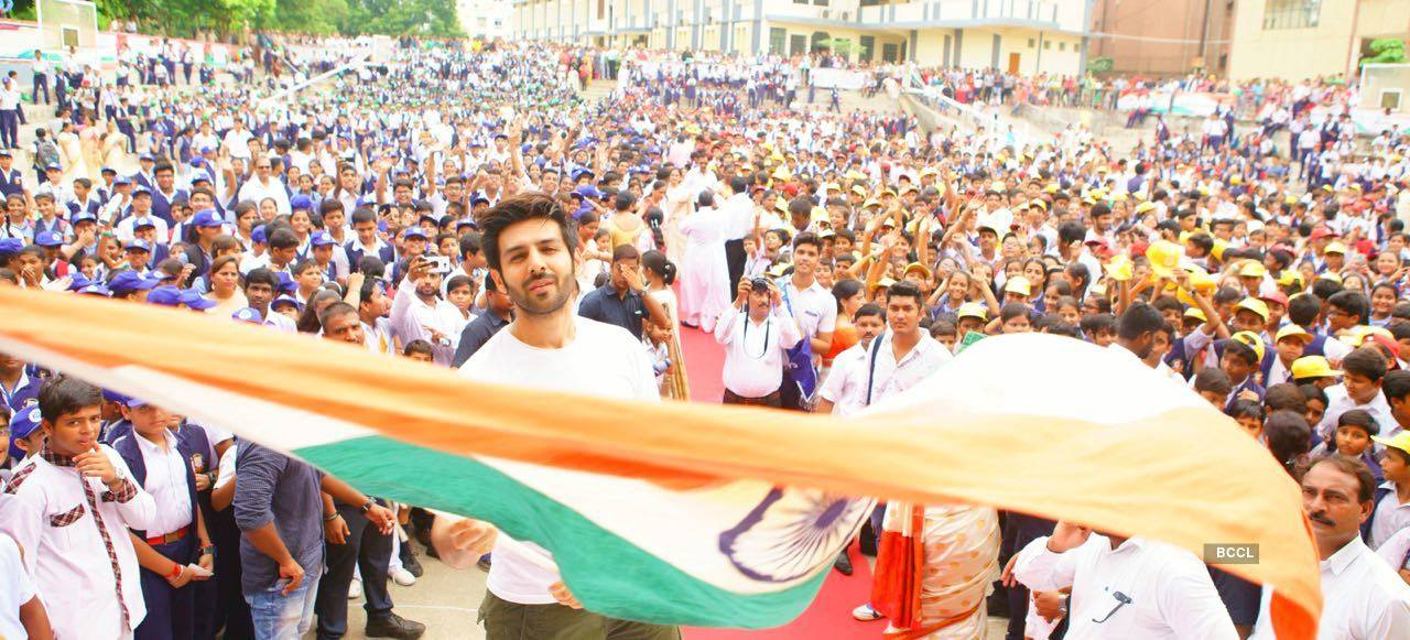 Kartik Aaryan celebrates Independence Day in his school with thousands of students