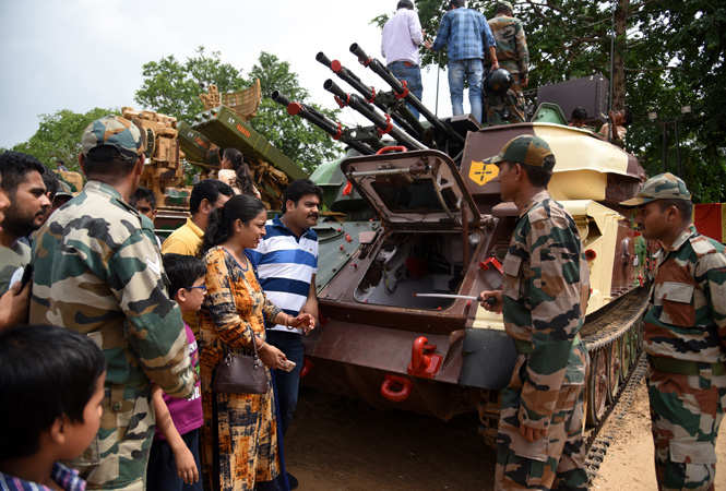 Jawans explaining the functioning of a tank to Jaipurites