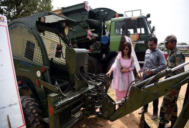 A Jawan explaining about a battle tank to a young couple Shruti and Rahul
