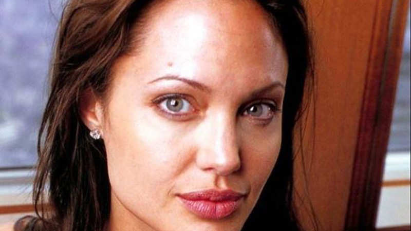 Angelina Jolie ends contract with divorce lawyer