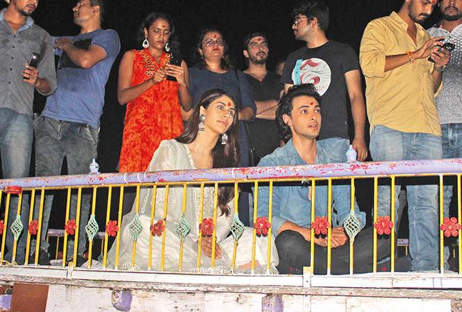 Aayush and Warina enjoying the Ganga aarti (BCCL/ Arvind Kumar)
