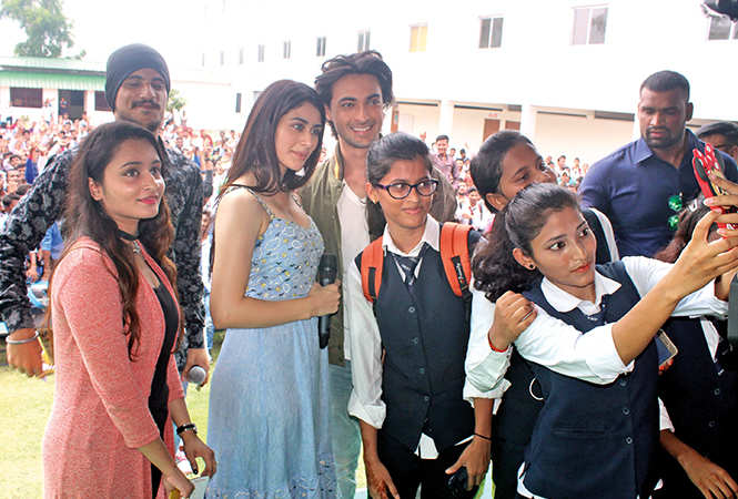 College students in Varanasi clicked selfies with Warina and Aayush (BCCL/ Arvind Kumar)