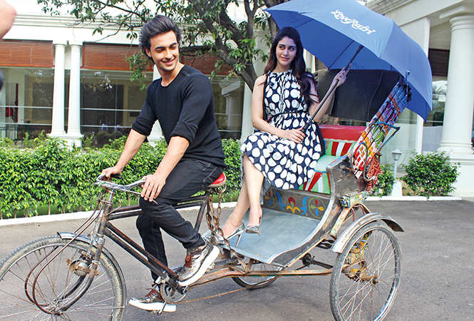 Aayush and Warina also posed for the shutterbugs sitting on a rickshaw (BCCL/ Arvind Kumar)