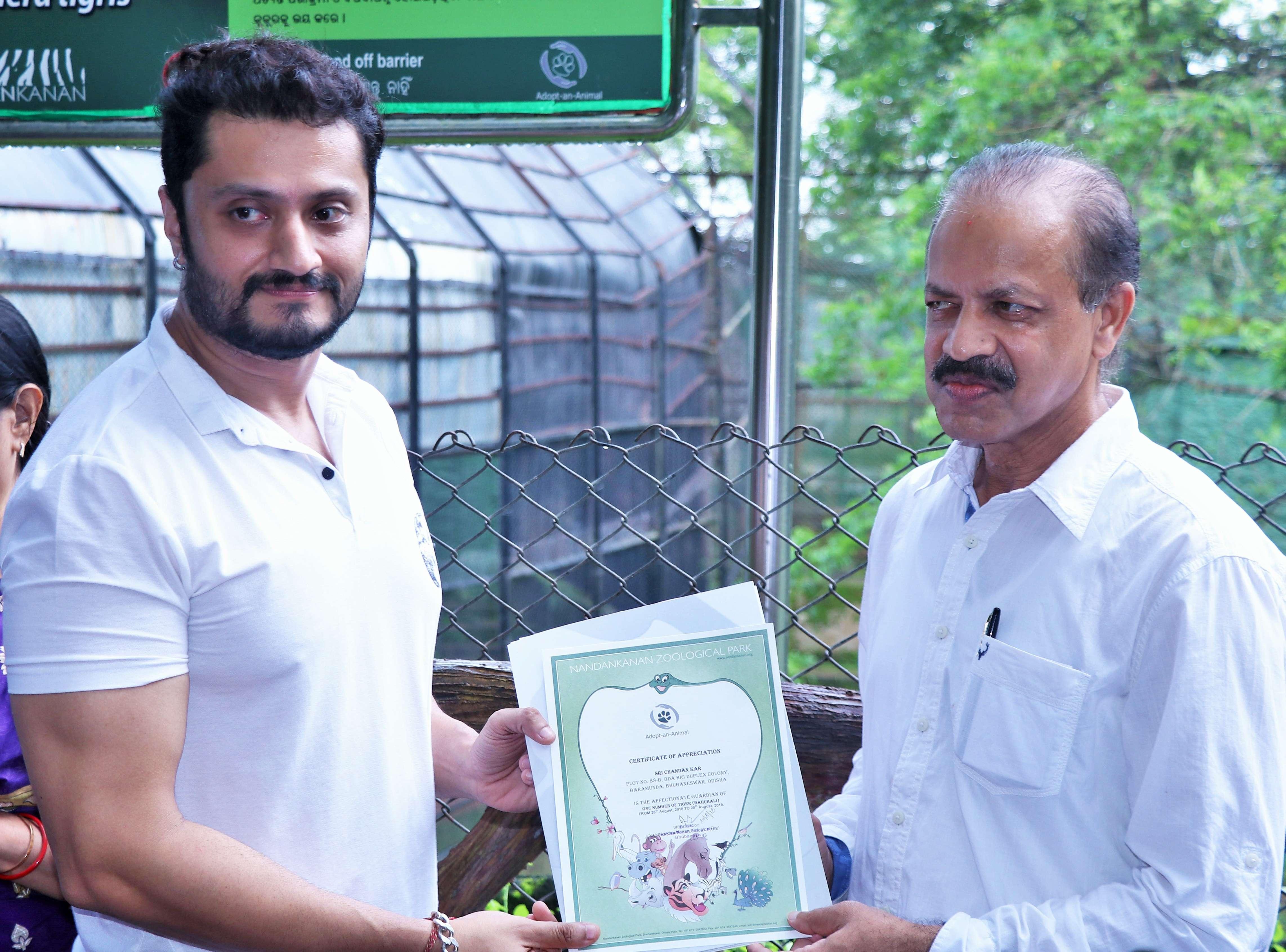 Deputy Director Jayant Das hands over the certificate of appreciation to Chandan Kar near Bahubali's enclosure - Copy