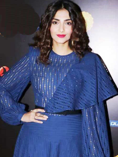 Sonam-Kapoor-at-the-3rd-edition-of-the-Jio-MAMI-with-Star,-Word-to-Screen-Market-2018