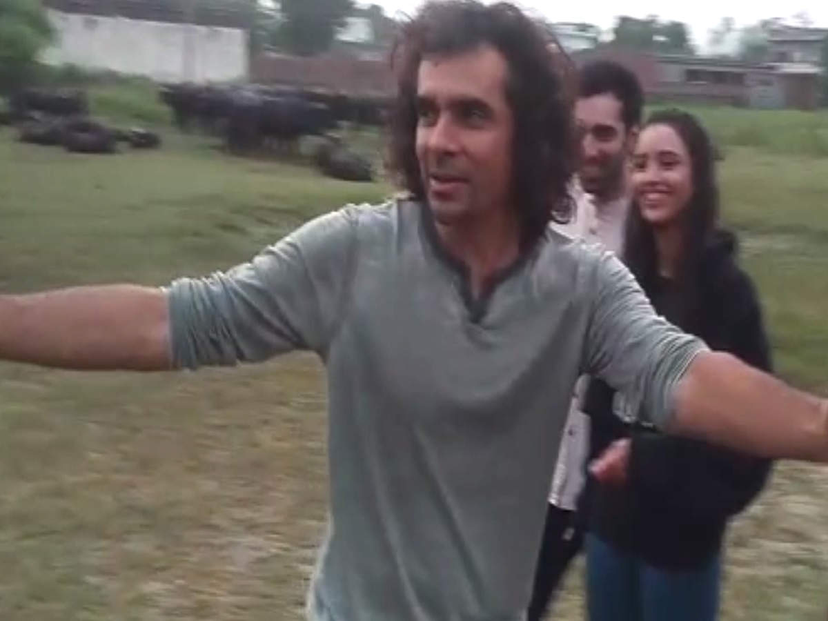 Watch filmmaker Imtiaz Ali do cartwheels in the fields of Punjab