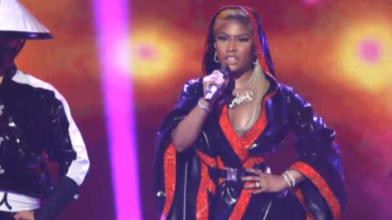 Nicki Minaj handles wardrobe malfunction like a 'Queen'