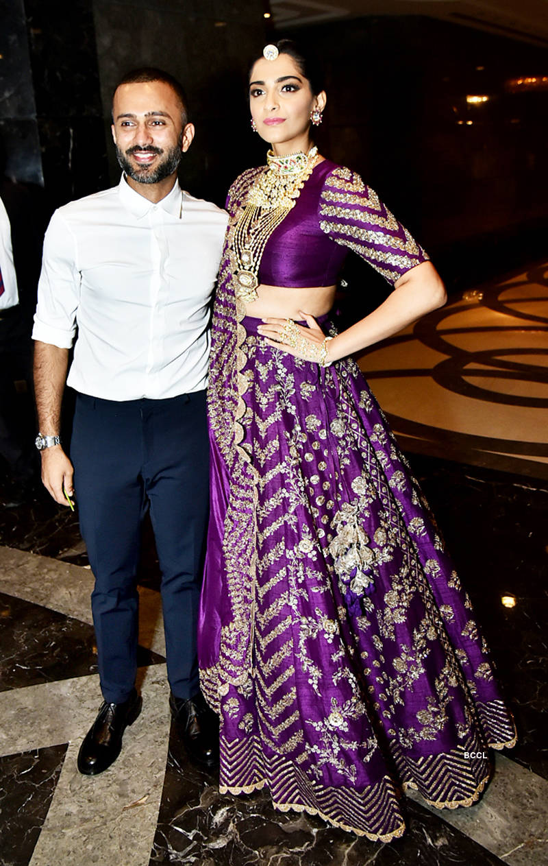 Sonam Kapoor blushes as hubby Anand Ahuja holds her dupatta