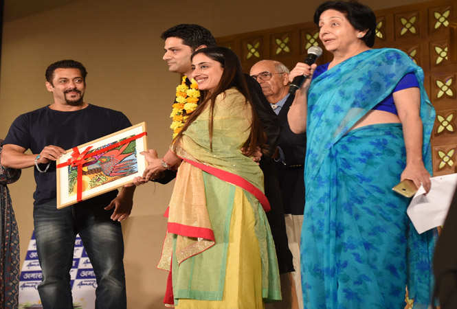 Salman felicitating Revant and Tejshree Mathur at the event for their contribution in social services