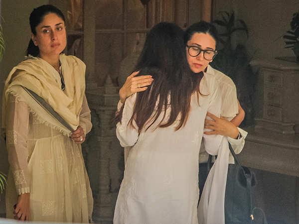 Kareena Kapoor Khan and Karisma Kapoor at Krishna Raj Kapoor's funeral