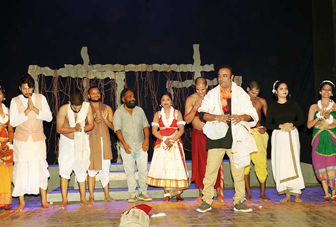 Ramji Bali with students (BCCL/ Unmesh Pandey)
