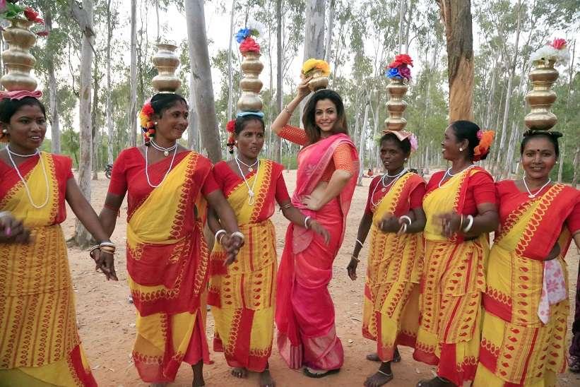 Dance with tribals-Sonajhurir Haat (1)
