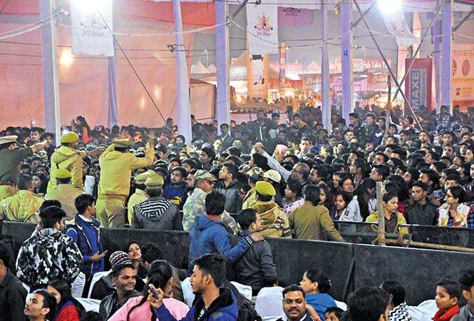Police trying to control the crowd at Guru Randhawa's performance at Lucknow Mahotsav (BCCL/ Farhan Ahamad Siddiqui)