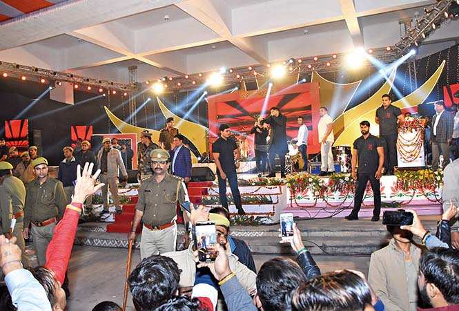 The police and bouncers made a security ring around the stage to protect Guru Randhawa from an unruly mob during his performance at Lucknow Mahotsav (BCCL/ Farhan Ahamad Siddiqui)