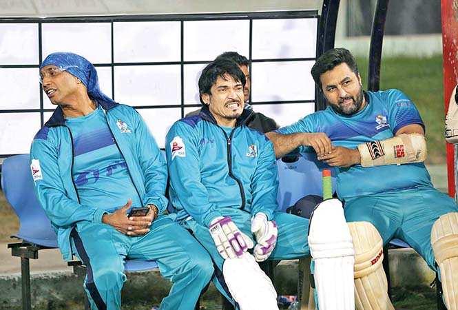 (L-R) Jeetu, Shawar Ali and Imran await their turn on the field (BCCL/ Aditya Yadav)