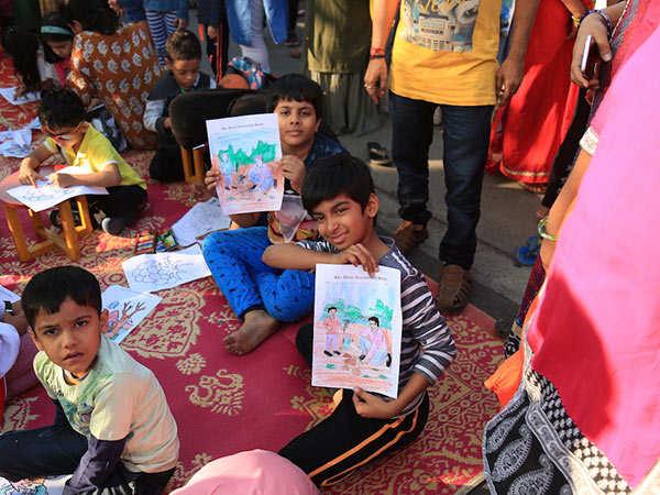 Kids-having-fun-with-drawing
