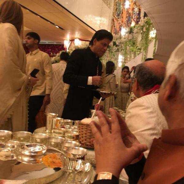 Abhishek Bachchan has THIS to say about Big B SRK Aamir and Aishwarya serving food at the Ambani wedding(3)_0