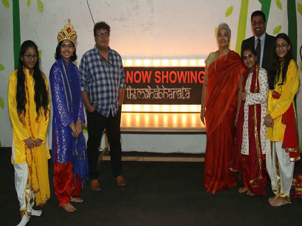 Tigmanshu-Dhulia-along-with-the-students-and-head-of-school-of-Mount-Litera-School-International