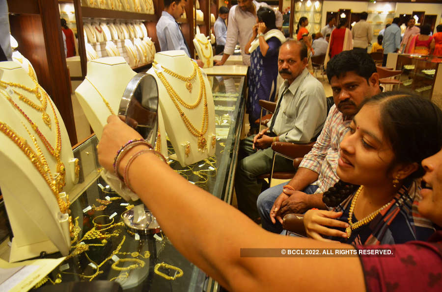 Gold hits 6-month high on growth fears, stock volatility