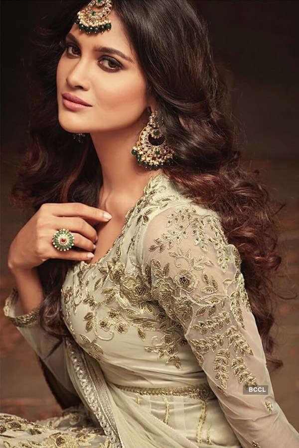 Sushrii Shreya Mishraa looks glamorous in golden