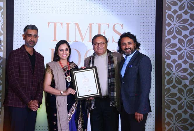 Best North Indian Businesswoman Vinnie Kakkar gives away the award to Arjun Kuchhal, Gurinder Virk and Kunal Kuchhal of Handi (9)