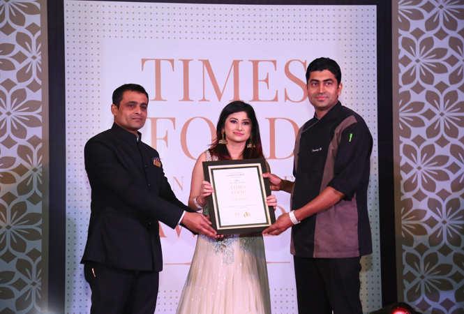 Best Italian Bigg Boss 12 contestant Saba Khan gives away the award to Anish Kumar and Chef Pankaj Bhardwaj of Giardino