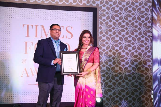 Best Alfresco Bar (Nightlife) The Forresta Kitchen & Bar- Maniesh Devraj receive the award from actress Deepshikha Nagpal