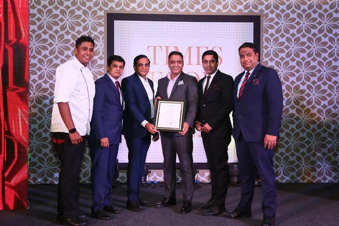 Best All Day Dining (Premiun) Mosaic -Chef Mayank Mathur, Vivek Jain, Rajesh Rajpurohit, Vivek Chugh and Vidhu Mathur receive the award from film distributor Raj Bansal