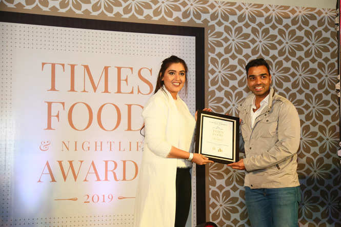 Best Continental (Casual) On The House (OTH) Dushyant Singh receive the award from TV actress Shireen Mirza