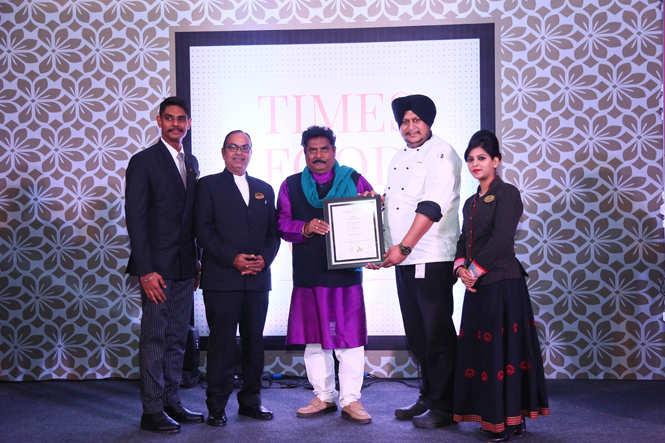 Best Continental (Premium) Jal Mahal Abhimanyu Agarwal, Sujit Das, Chef Navneet Singh and Lakshika Singh receive the award from sculptor Arjun Prajapati