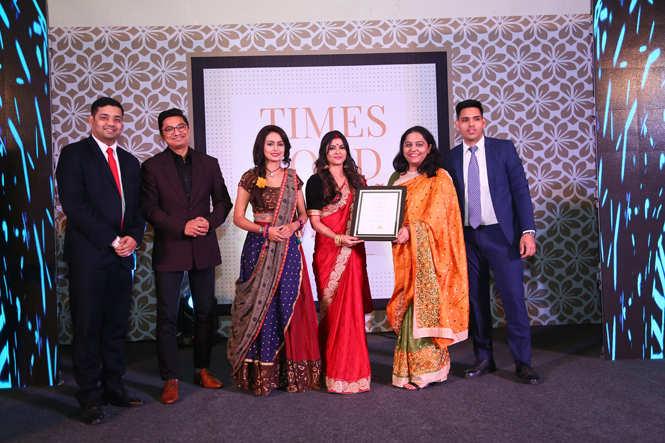 Best Lobby Bar (Nightlife) Mansagar- Sarin Monish, Prakhar Dhyani, Pallavi Deb and Sumit Rawat receive the award from TV actors Anjali Priya and Aditi Rawat