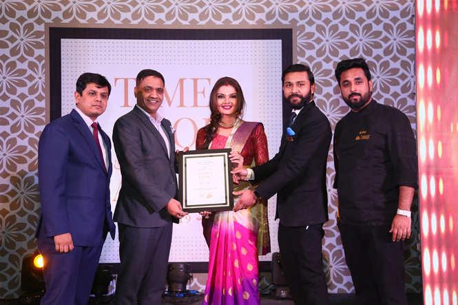 Best Lounge Bar (Nightlife)  Farzi Café (L-R) Vivek Jain, Rajesh Rajpurohit, Ashish Milind and Mudit Narula receive the award from actress Deepshikha Nagpal